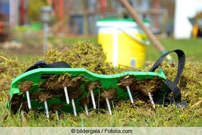 Rasen aerifizieren mit Nagelschuhen