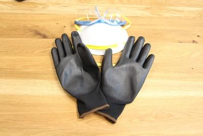 Handschuhe und Atemmaske