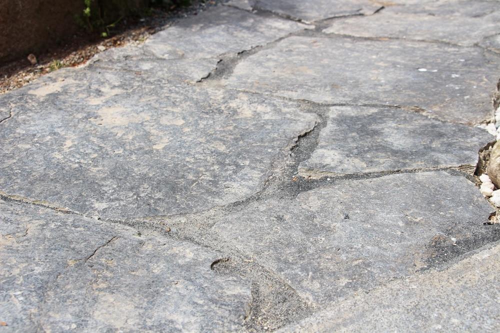 Gartenweg aus Natursteinplatten