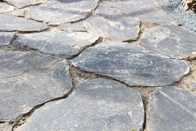 Gartenweg mit Natursteinplatten
