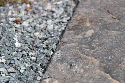 Weg aus Natursteinplatten