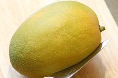 Reife Mangofrucht wird aufgeschnitten