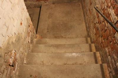 Blick auf Keller-Treppe