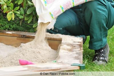 Sandkasten mit Sand befüllen