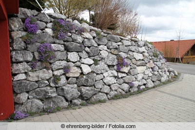Große Mauer aus Natursteinen