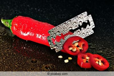 Aufgeschnitte Peperoni mit Blick auf Samen