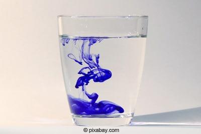 Farbe im Wasserglas gelöst