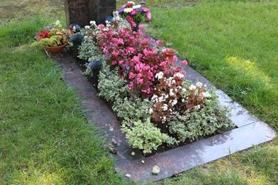 Grab mit Bepflanzung