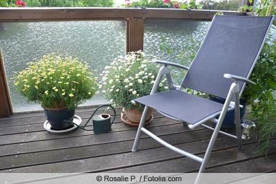 Topfpflanzen auf Balkon mit Stuhl