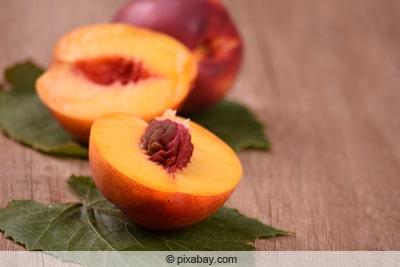 Aufgeschnittene Nektarinenfrucht mit Kern