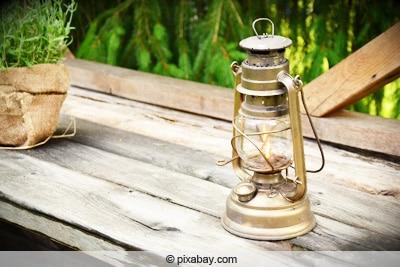 Öllampe auf Gartentisch