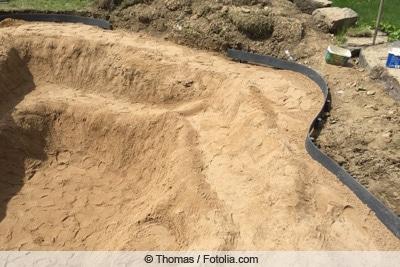 Fundament aus Sand für Gartenteich