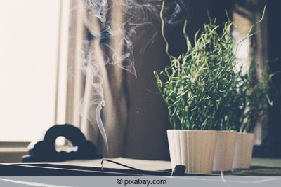 Weihrauch mit Rauchentwicklung in Zimmer