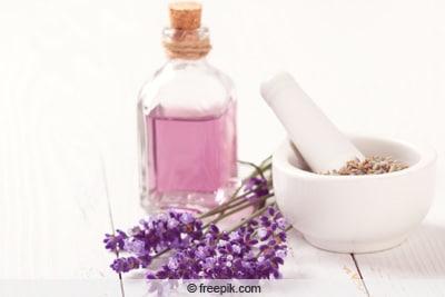 Kleine Flasche Lavendelöl auf Tisch