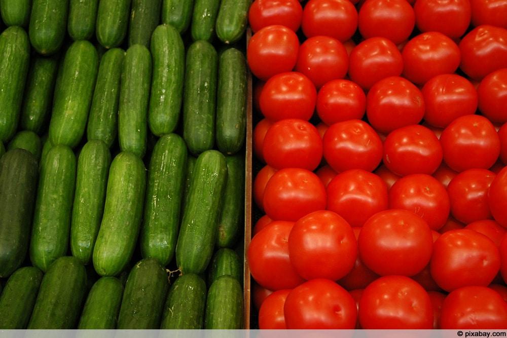 Gurken neben Tomaten