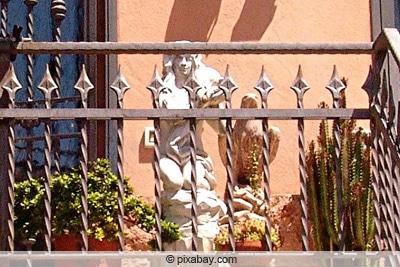 Balkongestaltung mit Säulen und Figuren