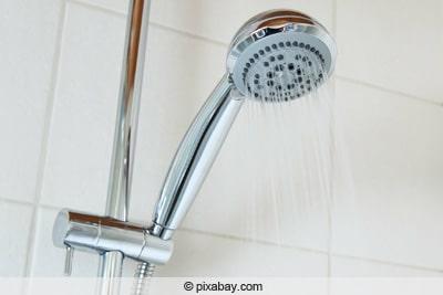 Duschkopf mit laufendem Wasser