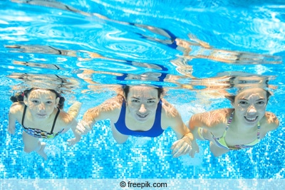 Chlorgehalt senken - Familie schwimmt im Pool