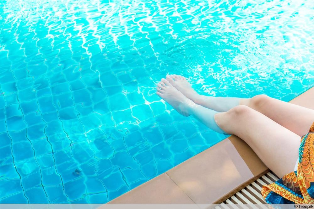 Chlorgehalt zu hoch - Füße baumeln im Pool