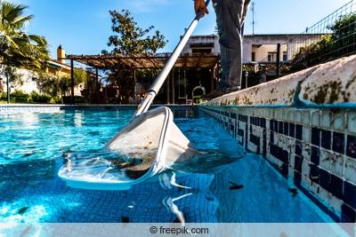 Poolwasser mit Kescher reinigen
