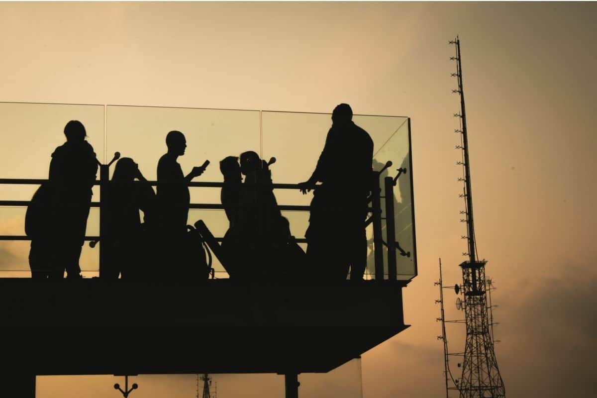 Balkon-Traglast - Viele Menschen auf Balkon