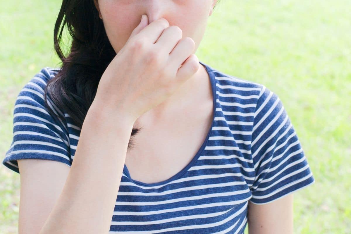 Brennesseljauche schimmelt - Frau hält sich Nase zu