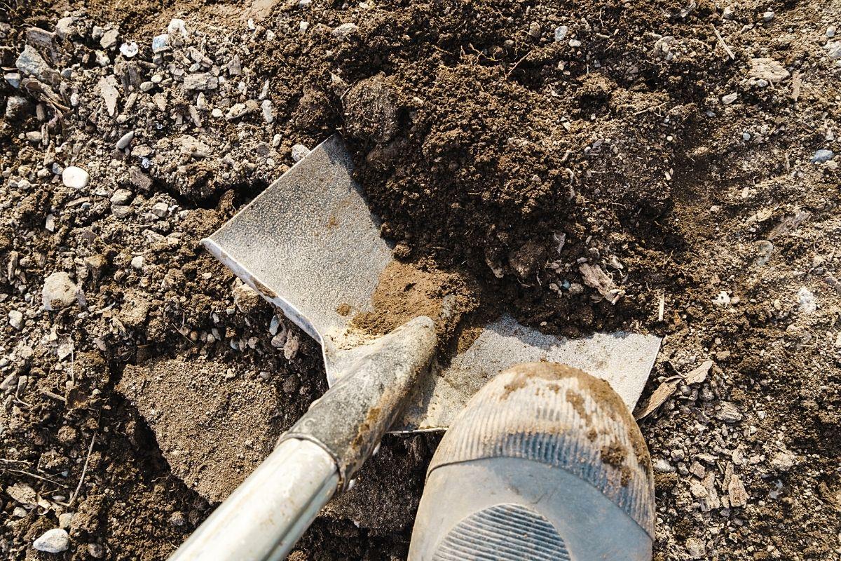 Boden mit Spaten ausheben