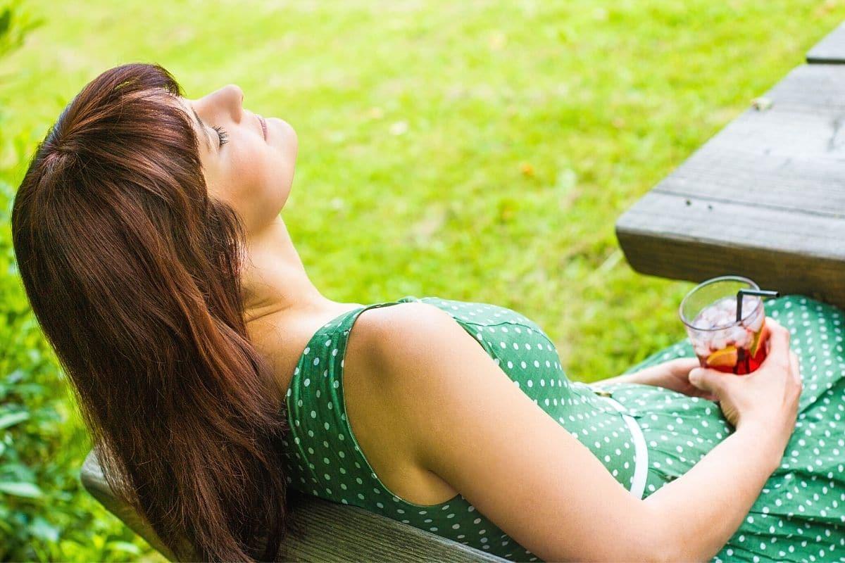 Wochenende - Frau entspannt im Garten