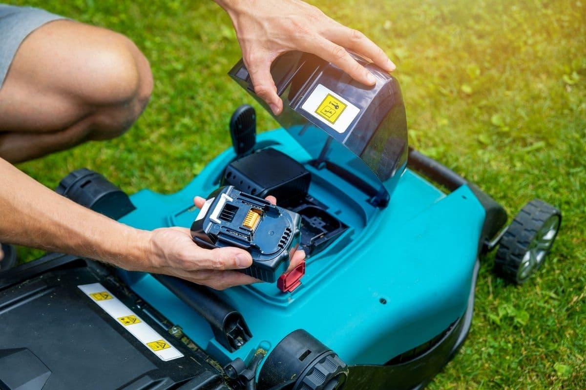 Räsenmäher-Antrieb reparieren - Akku überprüfen