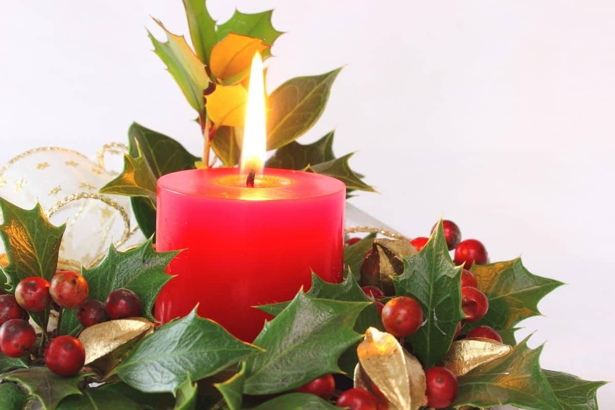 Weihnachtskranz mit Stechpalme