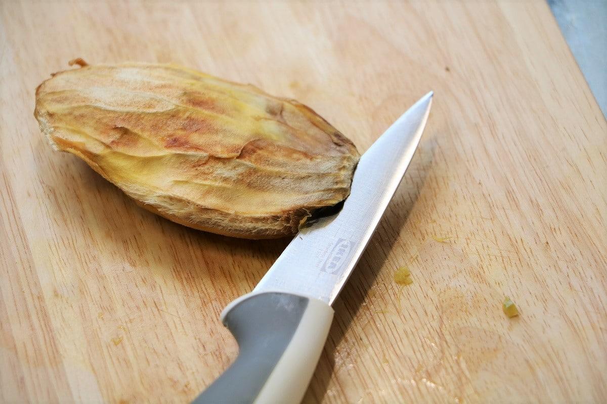 Mangokern mit Messer öffnen