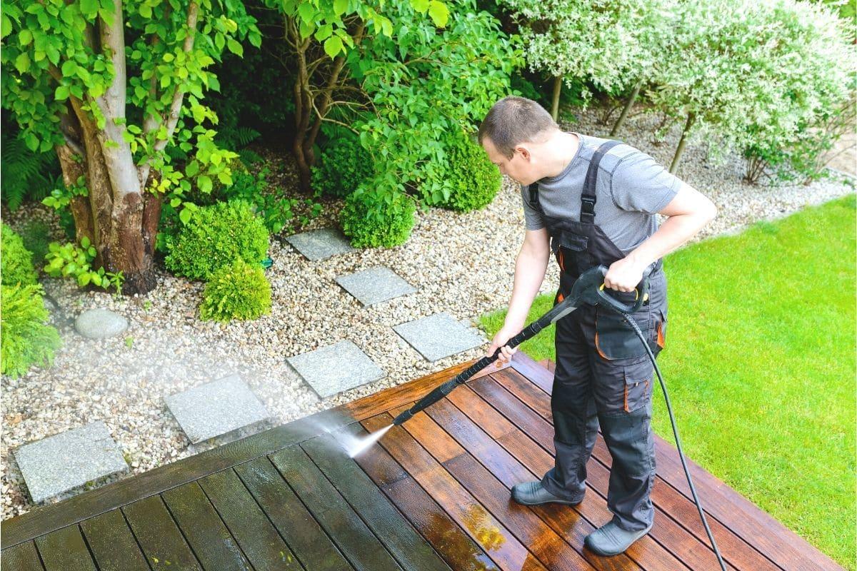 Terrassendielen mit Hochdruckreiniger säubern