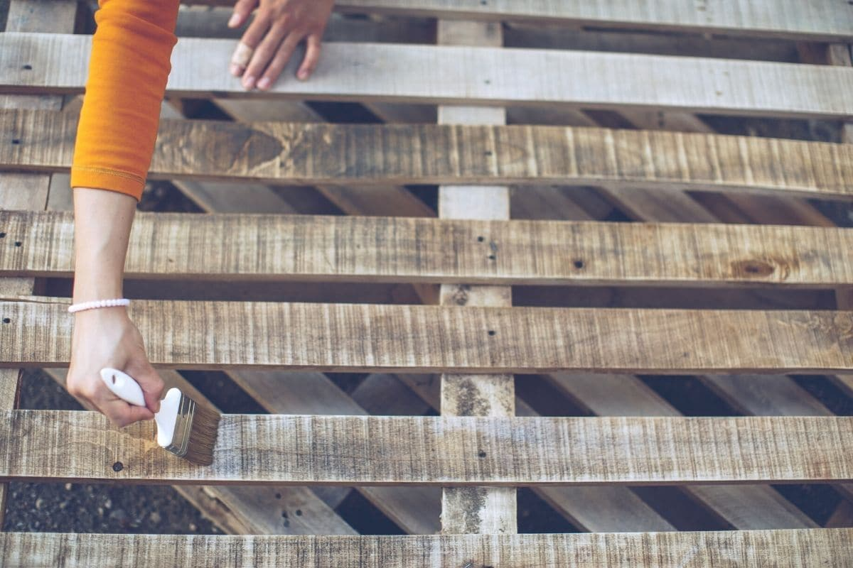 Holz lackieren, um es wetterfest zu machen