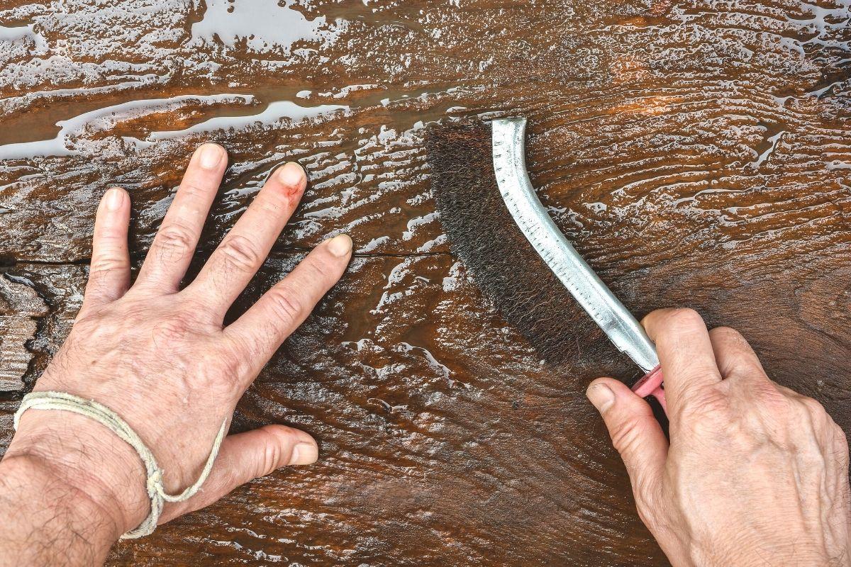 Holz mit Wasser und Bürste reinigen