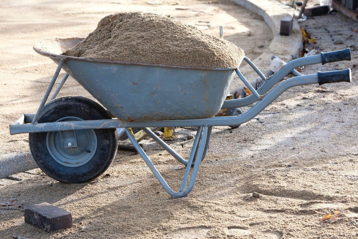 Schubkarre mit Sand