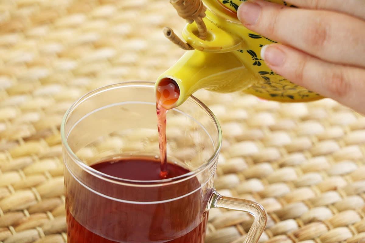 Tasse Tee einschenken