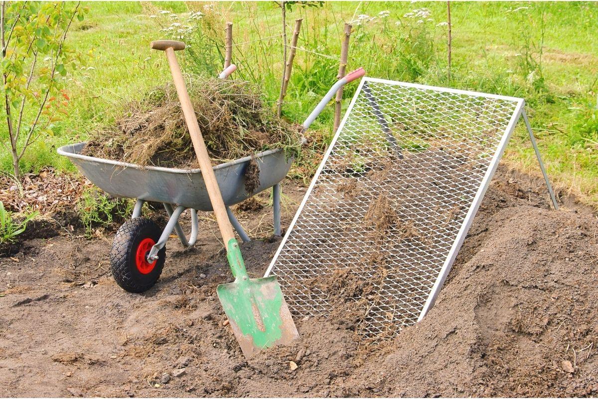 Kompost mit Arbeitsmaterialien