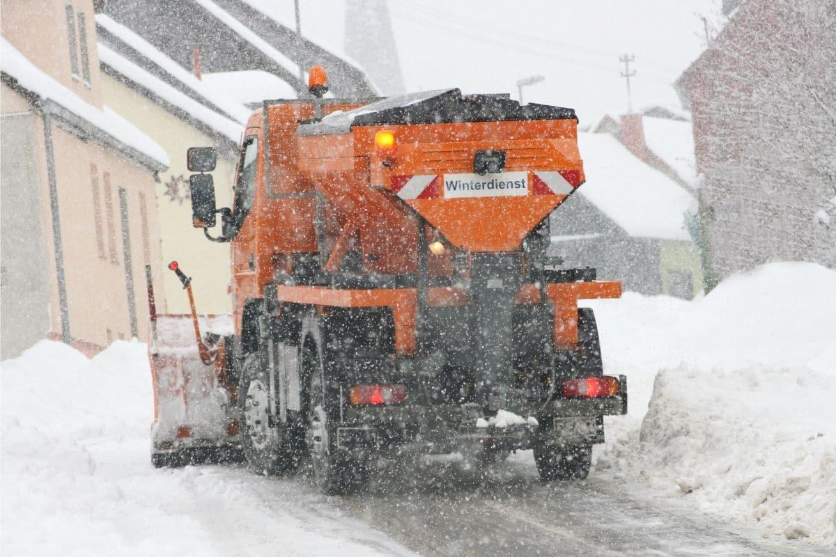 Winterdienst-Fahrzeug streut Salz